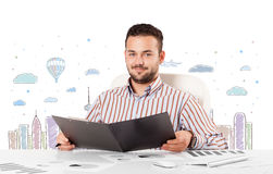 Aantrekkelijke zakenman met de achtergrond van de stadshemel -hemel-scape Royalty-vrije Stock Afbeeldingen