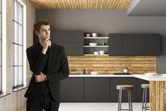 Aantrekkelijke zakenman in modern keukenbinnenland Royalty-vrije Stock Afbeeldingen