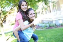 Aantrekkelijke zusters thuis royalty-vrije stock fotografie