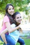 Aantrekkelijke zusters thuis Royalty-vrije Stock Foto's