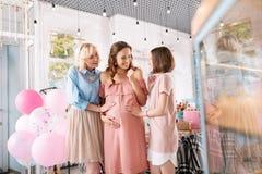 Aantrekkelijke zwangere vrouw die over ouderschap met vrienden spreken royalty-vrije stock foto's