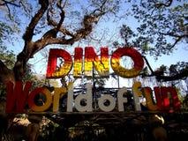 Aantrekkelijkheden binnen het Dinosauruseiland in Clark Picnic Grounds in Mabalacat, Pampanga stock afbeelding