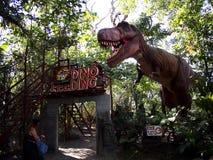 Aantrekkelijkheden binnen het Dinosauruseiland in Clark Picnic Grounds in Mabalacat, Pampanga stock foto