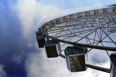 Aantrekkelijkheid Ferris Wheel op een achtergrond van blauwe hemel Royalty-vrije Stock Fotografie