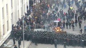 Aanval van protestors stock footage