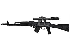 Aanvalsgeweer met de mening van de riflescopelinkerkant die op wit wordt geïsoleerd Stock Foto