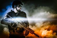 Aanvalsmilitair met geweer op apocalyptische wolken stock foto