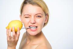 Aanvulling uw lichaamsvitaminen Fruit van de het sap gehele citroen van de meisjesdrank het verse Energiebron en vitaliteit Batte royalty-vrije stock foto