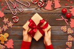 Aanwezige Kerstmis van de vrouwenholding Stock Afbeeldingen