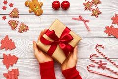 Aanwezige Kerstmis van de vrouwenholding Royalty-vrije Stock Foto's
