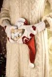 Aanwezige Kerstmis van de vrouwenholding royalty-vrije stock afbeelding