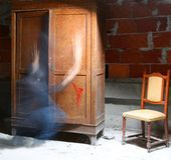 aanwezigheid van een spookachtig spook dichtbij de oude houten kast en een bro royalty-vrije stock fotografie