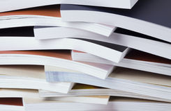Aanzienlijke hoeveelheid afgedrukte catalogi Stock Foto's