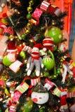 Aap op een Kerstboom stock foto