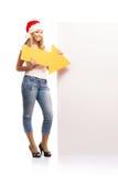 Aappy-Jugendlicher in den Weihnachtshüten zeigend auf eine Fahne Stockfotografie