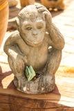 aapstandbeeld met geld in Thaise tempel Royalty-vrije Stock Foto's