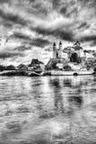 Aarburg-Dorf mit der Kaste und Kirche und der Fluss Aare mit Booten im Vordergrund Lizenzfreie Stockfotografie