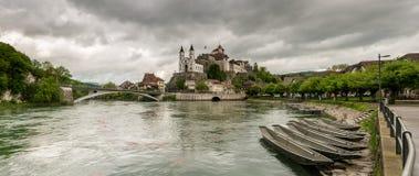 Aarburg by med kastet och kyrka och floden Aare med fartyg i förgrunden Royaltyfri Bild