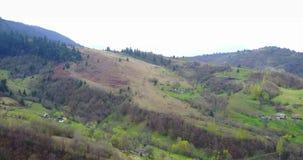 Aard in de bergen, mooi landschap, mooi berglandschap, de Karpatische Bergen, een dorp in stock video