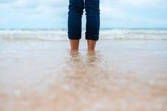 Aard dichte omhooggaande vertraging die als achtergrond van vrouw zich alleen op strand bevinden royalty-vrije stock foto's