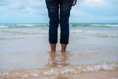 Aard dichte omhooggaande vertraging die als achtergrond van vrouw zich alleen op strand bevinden royalty-vrije stock afbeelding
