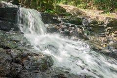 Aard met waterval en stroom in Itacare stock fotografie