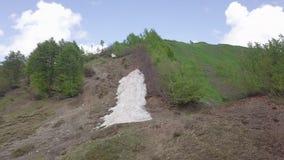 Aard van bergwoede bij de bovenkant stock videobeelden