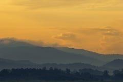 Aard van dramatische bergmening in zonsondergangtijd Royalty-vrije Stock Fotografie