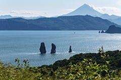 Aard van Kamchatka - mening van de baai, de rotsen en de vulkaan Royalty-vrije Stock Afbeeldingen