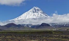Aard van Kamchatka - mooi vulkanisch landschap: mening over Kamen Volcano stock afbeelding