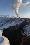 Aard van Kamchatka: uitbarstings actieve vulkaan Stock Fotografie