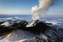 Aard van Kamchatka: uitbarstingsvulkaan Stock Foto's