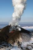 Aard van Kamchatka: uitbarstingsvulkaan Stock Fotografie