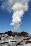 Aard van Kamchatka: uitbarstingsvulkaan Stock Afbeelding