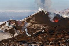 Aard van Kamchatka: uitbarstingsvulkaan kamchatka Stock Foto