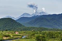 Aard van Kamchatka: Vulkaan van uitbarstings de actieve Zhupanovsky Stock Fotografie