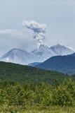 Aard van Kamchatka: Vulkaan van uitbarstings de actieve Zhupanovsky Royalty-vrije Stock Fotografie