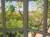 Aard in venster Kaders en glaspanelen Breng de zomer in telling door Royalty-vrije Stock Foto's
