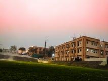 Aard, zonsondergang & gebouwen royalty-vrije stock foto
