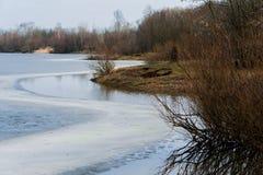 Aardachtergrond met de lentelandschap en smeltend ijs bij het meer Stock Foto's
