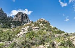 Aardachtergrond met rotsen en blauwe hemel op Sardinige Stock Foto