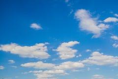 Aardachtergrond van blauwe hemel met wolk in de dag Stock Afbeelding