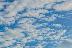 Aardachtergrond van blauwe hemel met wolk in de dag Stock Fotografie