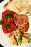 Aardappel, Bacon en Geroosterde Tomaat Stock Foto's