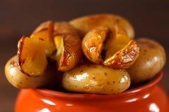 Aardappel in de schil in een kleipot op een achtergrond van houten su Royalty-vrije Stock Foto's