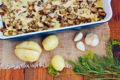 Aardappel in de schil met auberginekaas en knoflook Stock Foto's