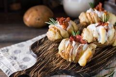 Aardappel in de schil met bacon en verse yoghurt stock afbeelding