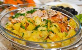 Aardappel in de schil met kippenvlees Stock Fotografie