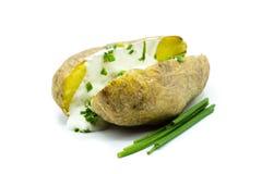 Aardappel in de schil met kruidquark op witte achtergrond wordt geïsoleerd die royalty-vrije stock afbeeldingen
