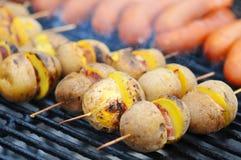 Aardappel in de schil met ui en bacon aardappels op de grill Sluit omhoog Stock Foto